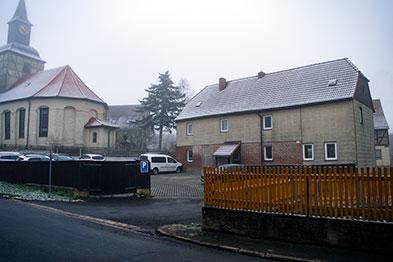 Nebenhaus mit Parkplatz